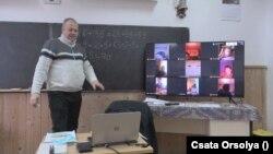 Online anyanyelv- és matematika órát tart Rácz Árpád tanító a gyimesi Hidegségben 2021 januárjában.