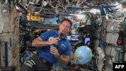 Деца от България задават въпроси на астронавти