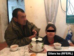 Меирбек Отеганов и его дочь за столом.
