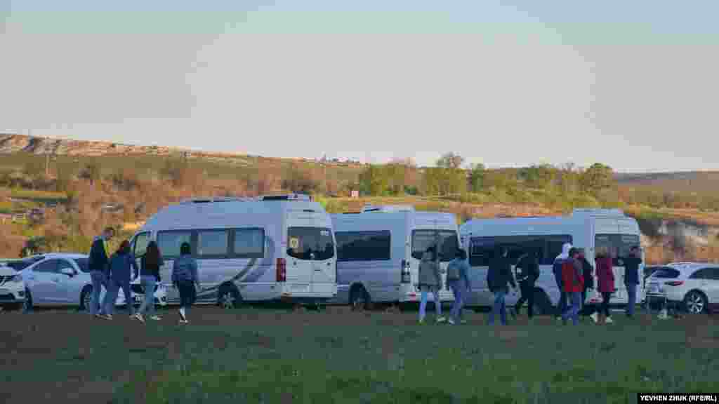Зрители приезжали не только на личных автомобилях, но и целыми группами на автобусах
