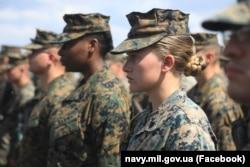 Військовослужбовиця Корпусу морської піхоти США на церемонії відкриття берегової компоненти навчань «Сі Бриз-2021» у Херсонській області. 28 червня 2021 року