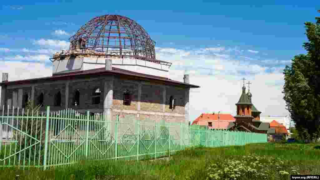 Мечеть в Белоглинке методом народной стройки начали возводить в 2018 году. Пока же местные мусульмане проводят коллективные намазы во временном помещении, которое расположено рядом со строящейся мечетью. Деревяннуюцерковь Московского патриархата Амвросия Оптинского, которая за мечетью, построили за год – в 2012 году