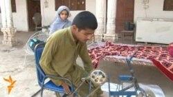 Pakistanda fiziki qüsurlu köçkün gəncin böyük iradəsi