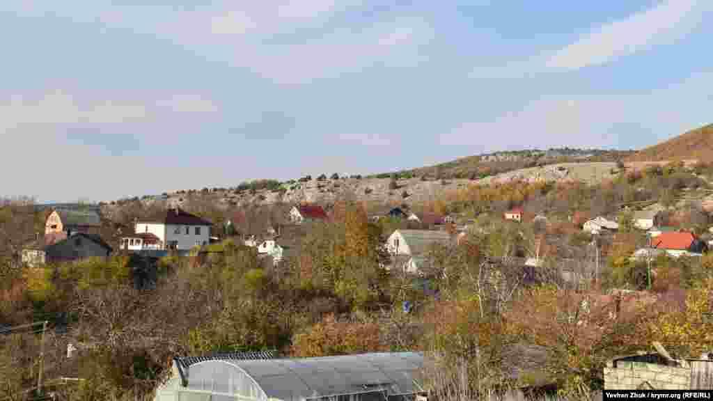 Село лежить у верхів'ях яру Тау-Сала