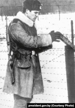Сяржант Лукашэнка ахоўвае савецка-польскую мяжу. Фота сярэдзіны 1970-х