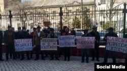 Сторонники Тилекмата Кудайбергенова перед зданием суда. 6 апреля 2021 года.