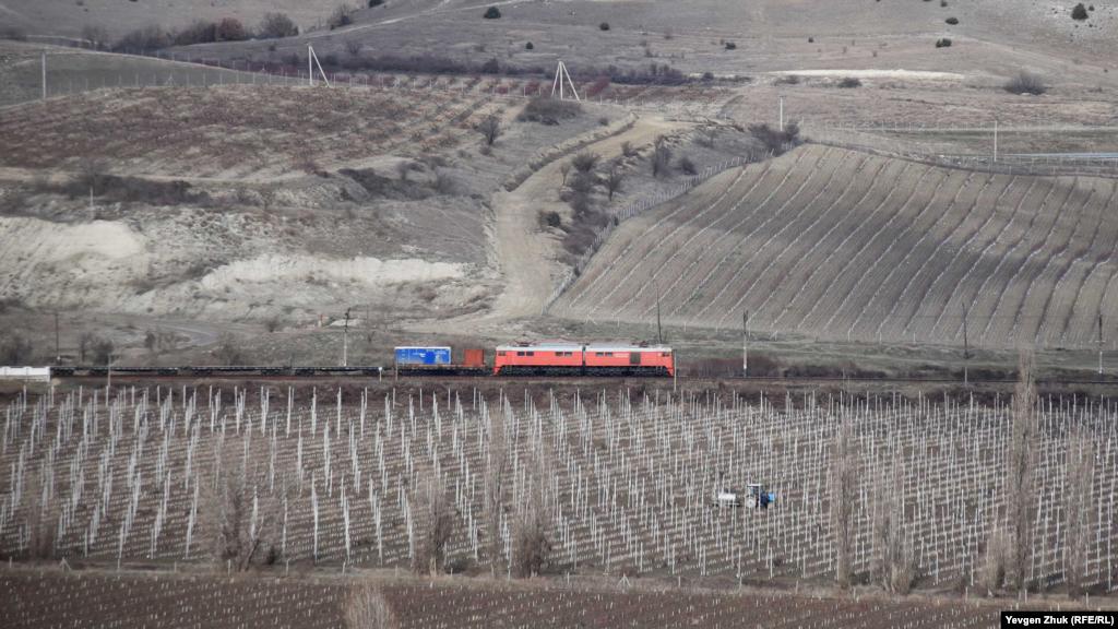 Köyden 500 metr mesafede yüzümlikten Aqyar – Bağçasaray – Aqmescit tren yolu keçe