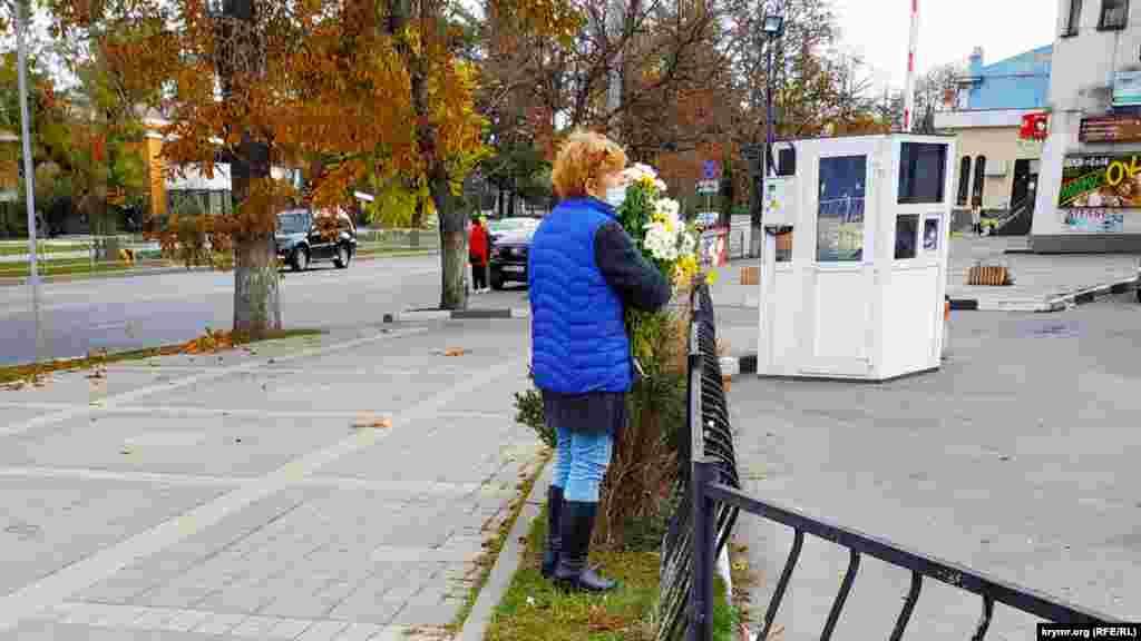 Продавщица цветов возле парковки