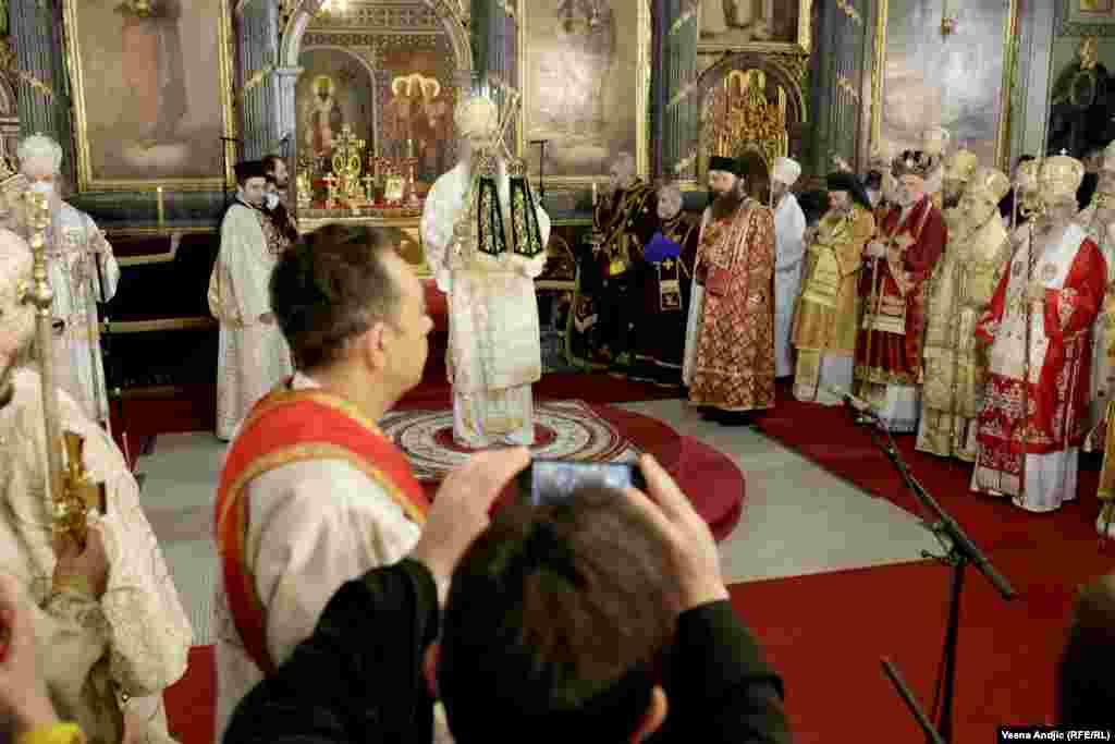 Okružen episkopima i drugim visokim predstavnicima SPC novi patrijarh Porfirije na ceremoniji ustoličenja.