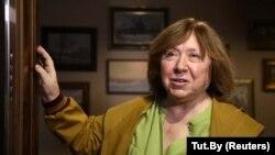 Светлана Алексиевич говори с журналисти в апартамента си в Минск в сряда, 9 септември