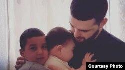 Абдулмумин Гаджиев с детьми