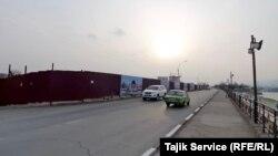 Út van, házak nincsenek a kínai pénzből tervezett átépítendő kerületben a tádzsikisztáni Huzsand városban, 2021-ben