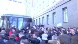 Росія: у Москві протестувальники намагалися відбити автозак з Навальним (відео)