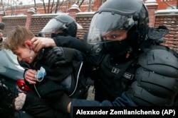 Сотрудники полиции задерживают молодого демонстранта во время акции протеста возле тюрьмы «Матросская тишина», где содержится Алексей Навальный. Москва, 31 января 2021 года.
