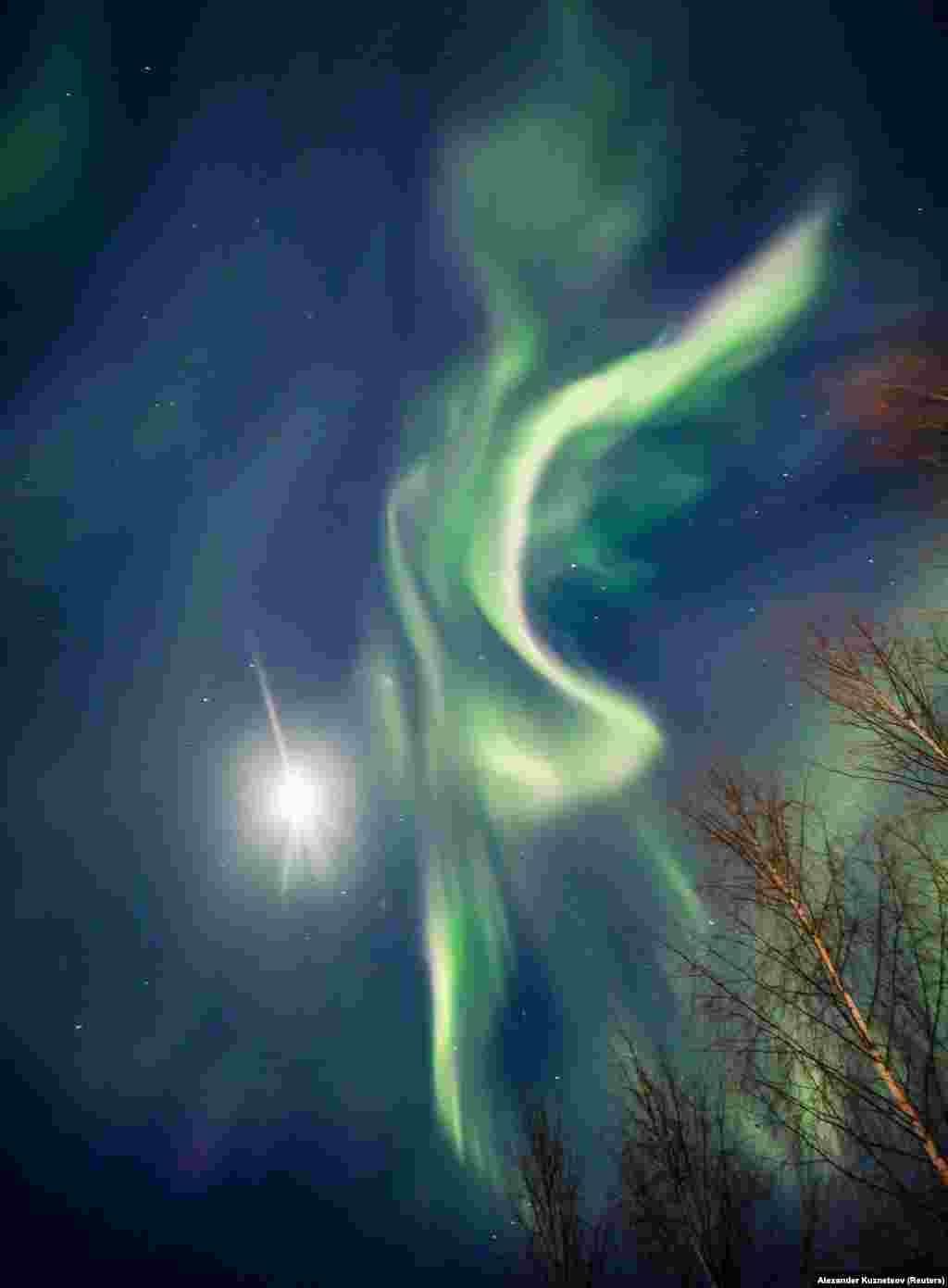 Ez a kép, valamivel korábban, februárban készült. Mintha egy nőalakot rajzolna ki a sarki fény. Talán ő Auróra?