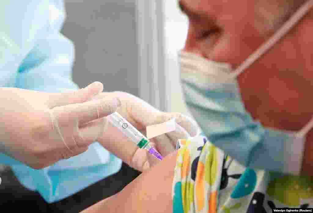 ГРЦИЈА - Комисијата за имунизација во Министерството за здравство на Грција даде зелено светло, вакцината на АстраЗенека да се користи за целото население, односно и за лицата над 65-годишна возраст, јави дописничката на МИА од Атина.