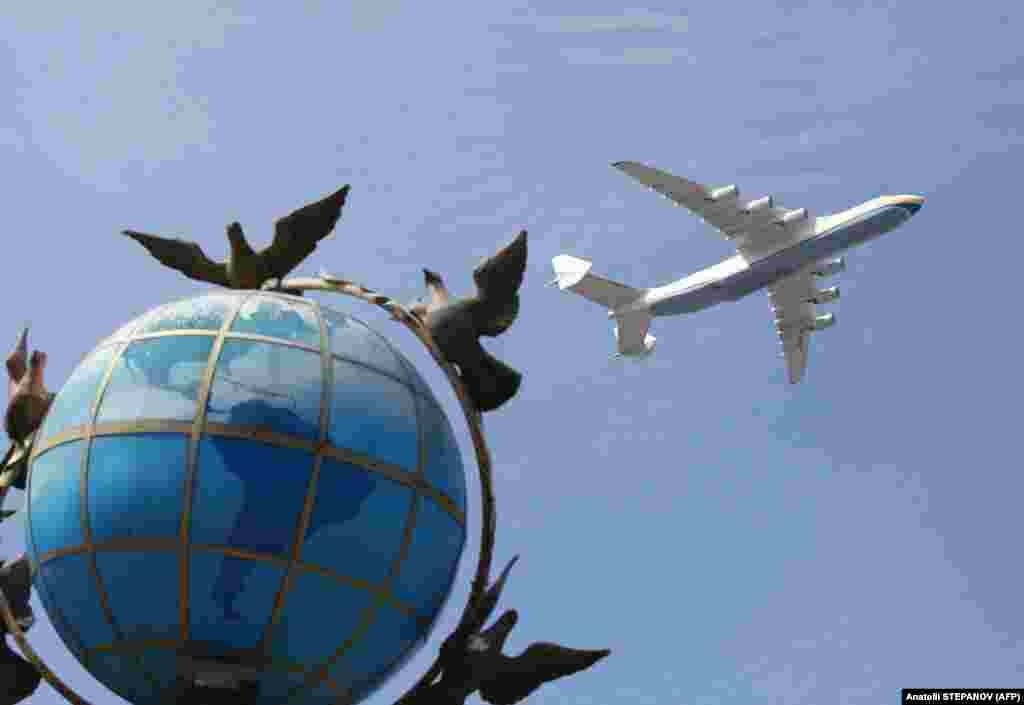 Самы вялікі ў сьвеце транспартны самалёт – украінскі Ан-225 «Мрия» – пралятае над Кіевам