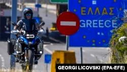 За даними посольства, України немає в переліку країн, громадяни яких можуть в'їжджати до Греції на загальних умовах