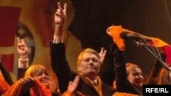 Viktor Yushchenko and Yulia Tymoshenko (right) during friendlier times