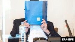 Бруно Дей закривається від фотографування під час оголошення вироку, Гамбург, Німеччина, 23 липня 2020 року