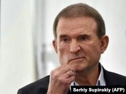 Зеленский Кремльге жақын олигарх Викто Медведчукты санкциялады.