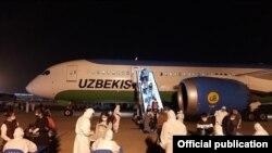 Студенты, вернувшиеся из-за границы в аэропорту Ташкента.