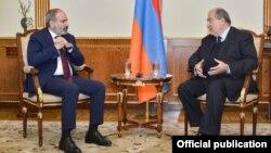 ملاقات نیکول پاشینیان (چپ) صدراعظم ارمنستان با رئیس جمهور ارمنستان