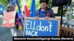 Protest la Varșovia, în fața Curții Constituțioale, împotriva reformelor din justiție care au pus Polonia în conflict cu UE, 13 iulie 2021.