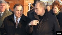 Владимир Путин (справа) мог изменить отношение к Хазрету Совмену (слева) после прошлогодней поездки в республику
