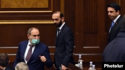 Armenia -- Prime Minister Nikol Pashinian, parliament speaker Ararat Mirzoyan (C) and his deputy Alen Simonian (R) arrive for the Armenian government's question-and-answer session in the National Assembly, Yerevan, March 3, 2021.