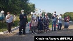 Избиратели слушают гимн Казахстана на открытии избирательного участка в селе Шакаман. Восточно-Казахстанская область, 25 июля 2021 года