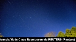 Спутник Starlink компании SpaceX в ночном небе над Данией. 2020 год