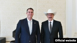 Azərbaycanın prezidenti İlham Əliyev (sağ) və Oklahomanın qubernatoru Governor Con Kevin Stitt, Bakı, 27 iyul 2021