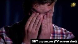 Беларустун ОНТ мамлекеттик телеканалынын журналист Роман Протасевич менен видео маегинен алынган сүрөт.