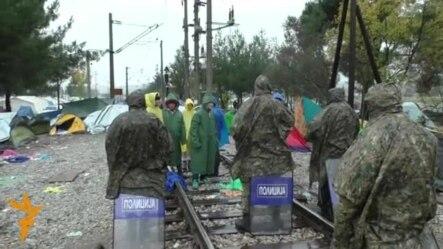 Дождот ги смири мигрантите на границата со Грција