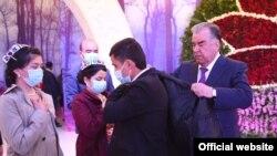 Президент Таджикистана вручает подарки сиротам в Худжанде. Апрель 2021