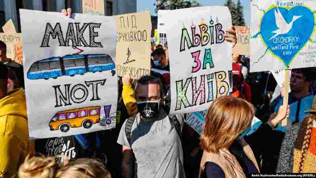 Активісти закликали припинити вирубування дерев, забезпечити тротуари без ям і майданчики для вигулу собак, розвивати громадські вбиральні та соціальне житло, прибрати некомфортні «жовті маршрутки»