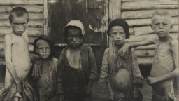 Голодающие дети в Бузулуке (Самарская губерния), 1921–1922 гг.