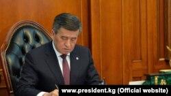 Қирғизистон президенти Сооронбай Жээнбеков 15 октябрь куни истеъфога чиққанини унинг матбуот хизмати маълум қилди