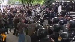 Сепаратисти штурмують донецьку прокуратуру
