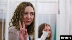 """Katsziarina Andrajevát és Daria Csultszovát """"a közrend megbontását célzó nyilvános esemény szervezés""""-e miatt akarják elítélni."""