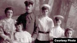 Семья Гримблит. Томск. Начало XX века. Татьяна вторая слева