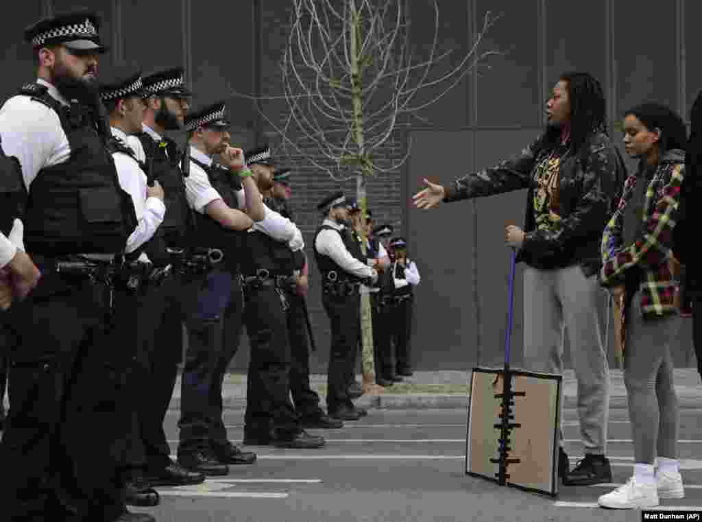 Протестувальниця подає руку поліцейському для привітання неподалік посольства США у Лондоні під час антирасистської демонстрації через смерть у США Джорджа Флойда. Лондон. 3 червня 2020 року(Фото AP/Matt Dunham)