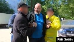 Оперативники ФСБ задерживают Алексея Семеняку. Москва, 3 июня 2021 года