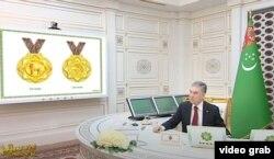 Г.Бердымухаммедов иттерге арналган медалдардын долбоорлорун кылдат кароодо. 2021-жылдын 28-январы.