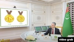 Президент Туркменистана на фоне эскизов медалей, учрежденных для собак. февраль, 2021