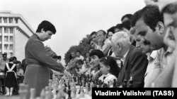 Экс-чемпионка мира, международный гроссмейстер Нона Гаприндашвили во время сеанса одновременной игры, 1987 год