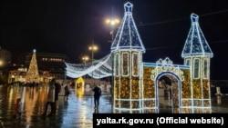 Новогодняя иллюминация в Ялте, иллюстрационное фото