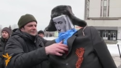 Ukrainian Protesters Burn Effigy Of Putin