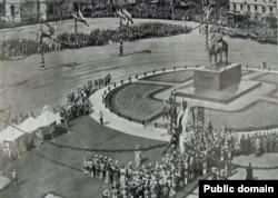 Памятник императору вскоре после открытия.